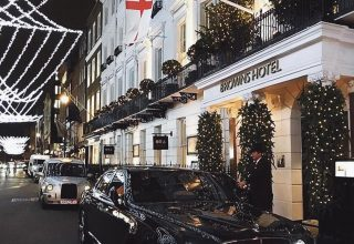 Browns Hotel Christmas Party, Entrance